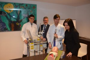 Vorstellung der Trainingspuppe (Broncho-Boy) auf der Kinderstation des Klinikums Leverkusen