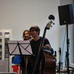 Ein Kontrabass-Spieler hat Spaß beim musizieren