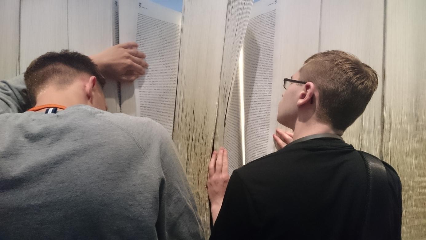 Zwei Personen vor einem mannshohen Buch