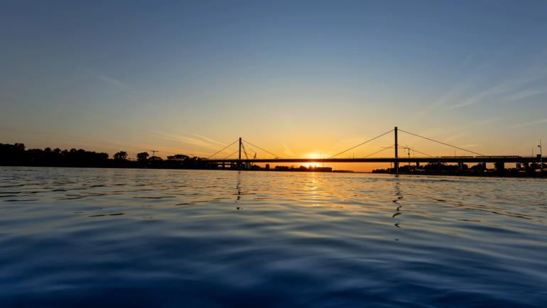 Die Rheinbrücke bei Dämmerung